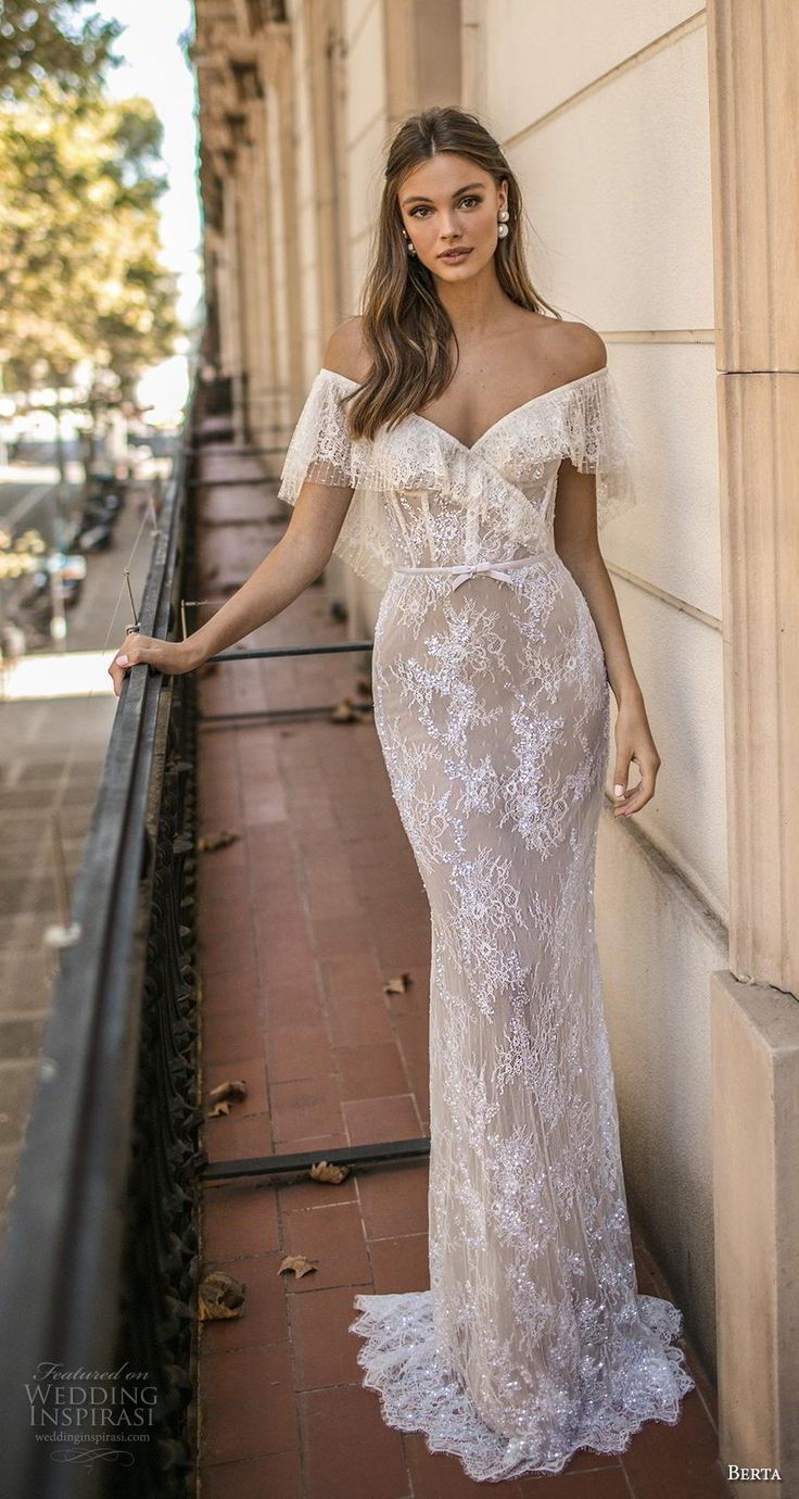 Romantische Hochzeitskleid-Idee – tiefes Hochzeitskleid mit V-Rücken, Spitzendetails und  #love #ins...