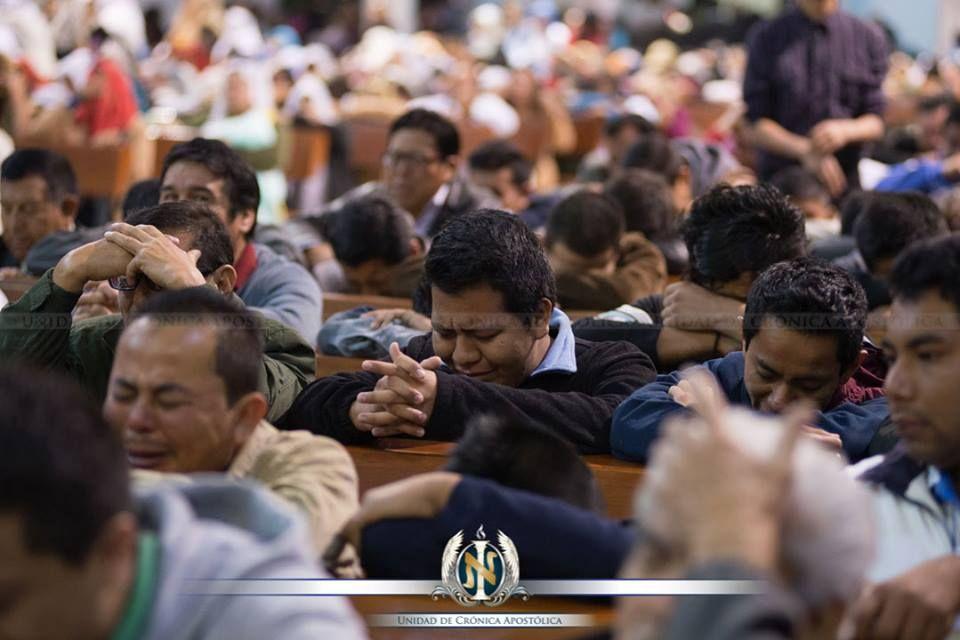 """""""Qué bonito es que el hermano venga, más que a la oración de cinco de la mañana, a tomar unos minutos antes de que ésta inicie para agradecer a nuestro Dios por sus bondades. Que hagamos una oración de adoración a Dios. No solo debemos decir: 'Te pido Señor que me ayudes, que me sanes, que pongas el alimento en mi mesa…' No. Que sea una oración de adoración al Creador, porque Él es digno de recibir toda nuestra alabanza, gloria y adoración."""