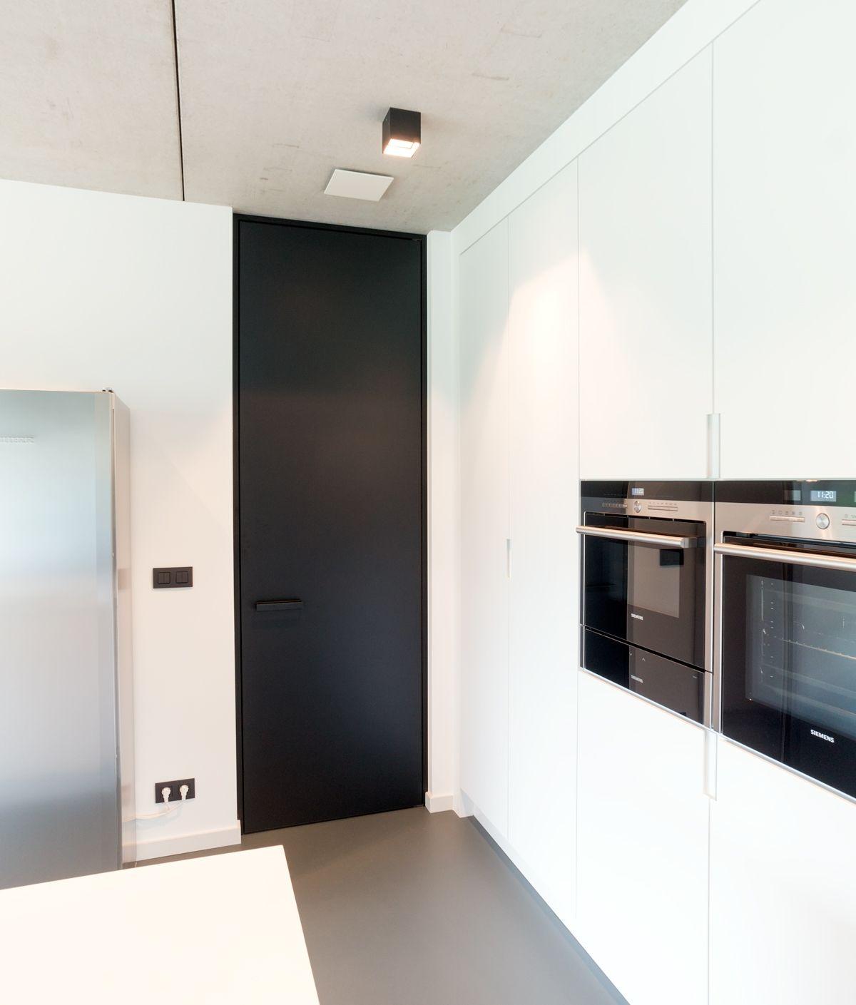 Moderne zwarte binnendeur met zwarte blokomlijsting en zwarte deurgreep. Anyway Doors