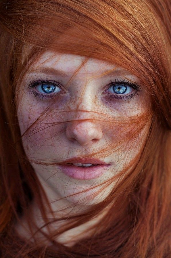 Ragazza capelli rossi occhi azzurri
