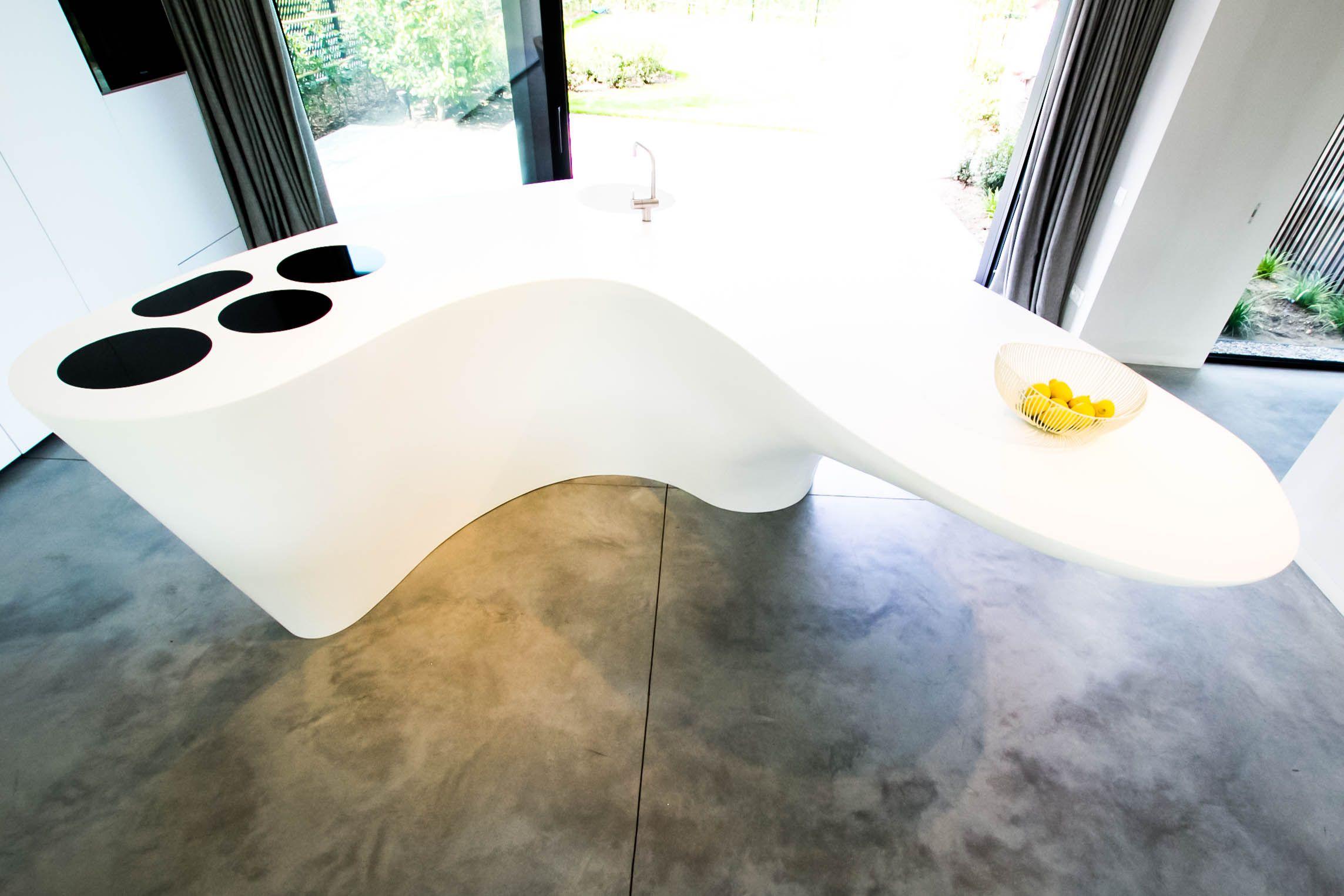 Modern keukeneiland in organische vormgeving ontwerp door gf