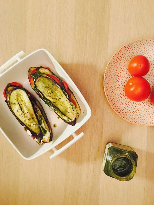 auberginetorentjes met tomaat, mozzarella en pesto