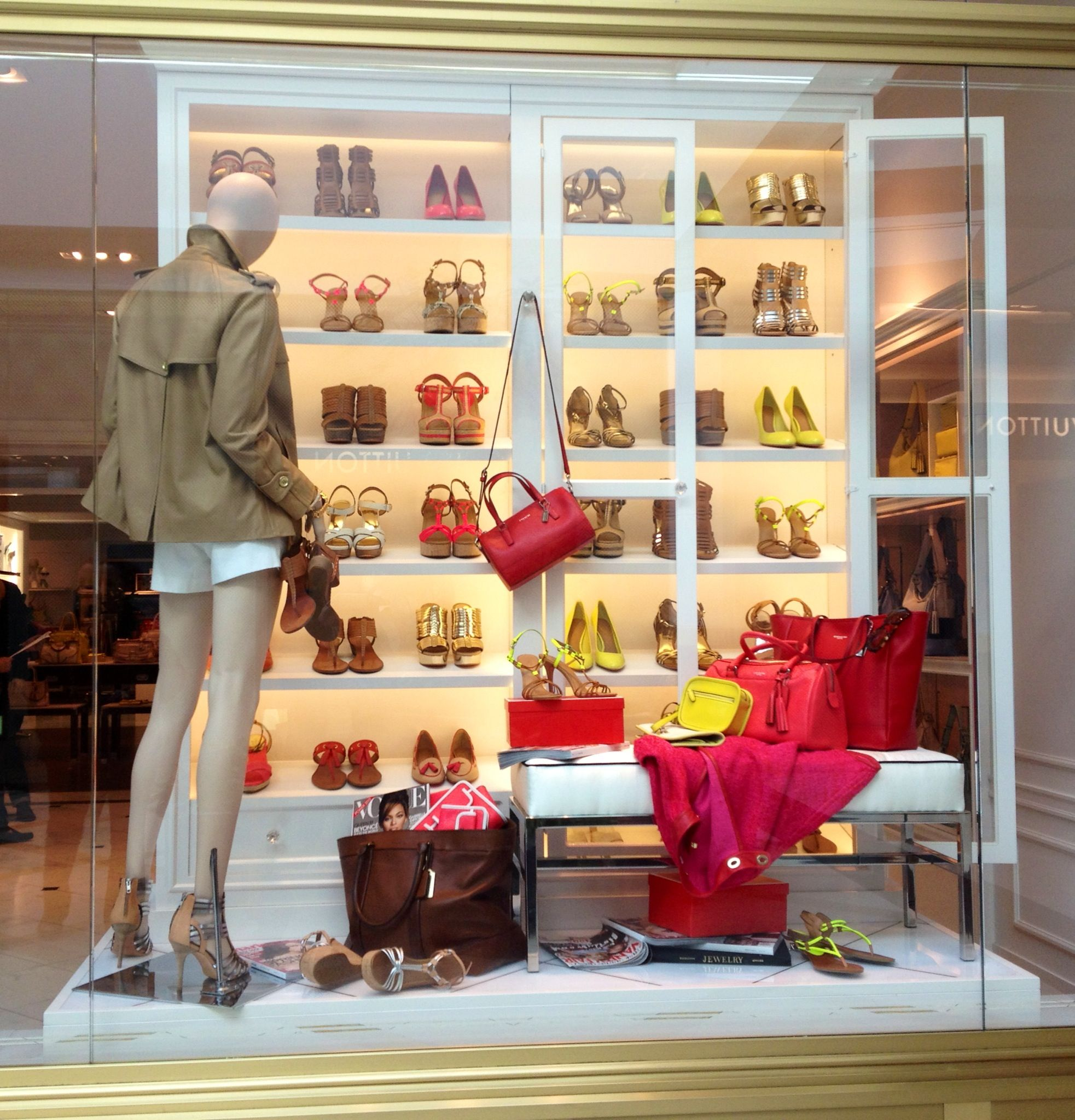 Coach window display shoe display retail for Dekoration und display