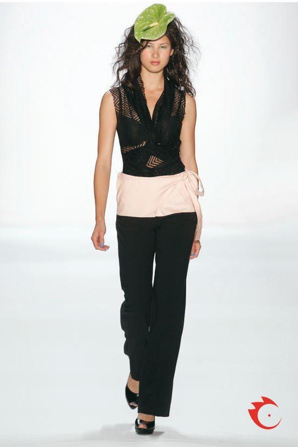 Anja Gockel - Halbtransparentes Oberteil aus Lace mit Schalkragen. Dazu kombiniert eine elegante schwarze Marlenehose mit überbreitem Peach farbenem Bund zum Schnüren.
