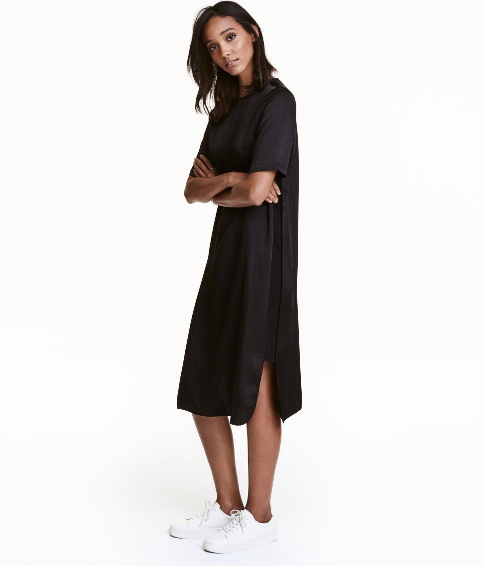 f32dfd45c0c En vadlång, rakt skuren klänning i vävd kvalitet med lätt lyster och tungt  fall. Klänningen har kort ärm och matta infällningar i sidorna.