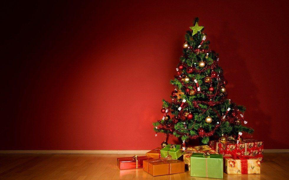 7 Perfect Instagram Captions For Christmas Christmas Tree Wallpaper Christmas Tree Background Xmas Tree Wallpaper