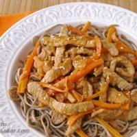 Salteado de cerdo y zanahoria con fideos soba