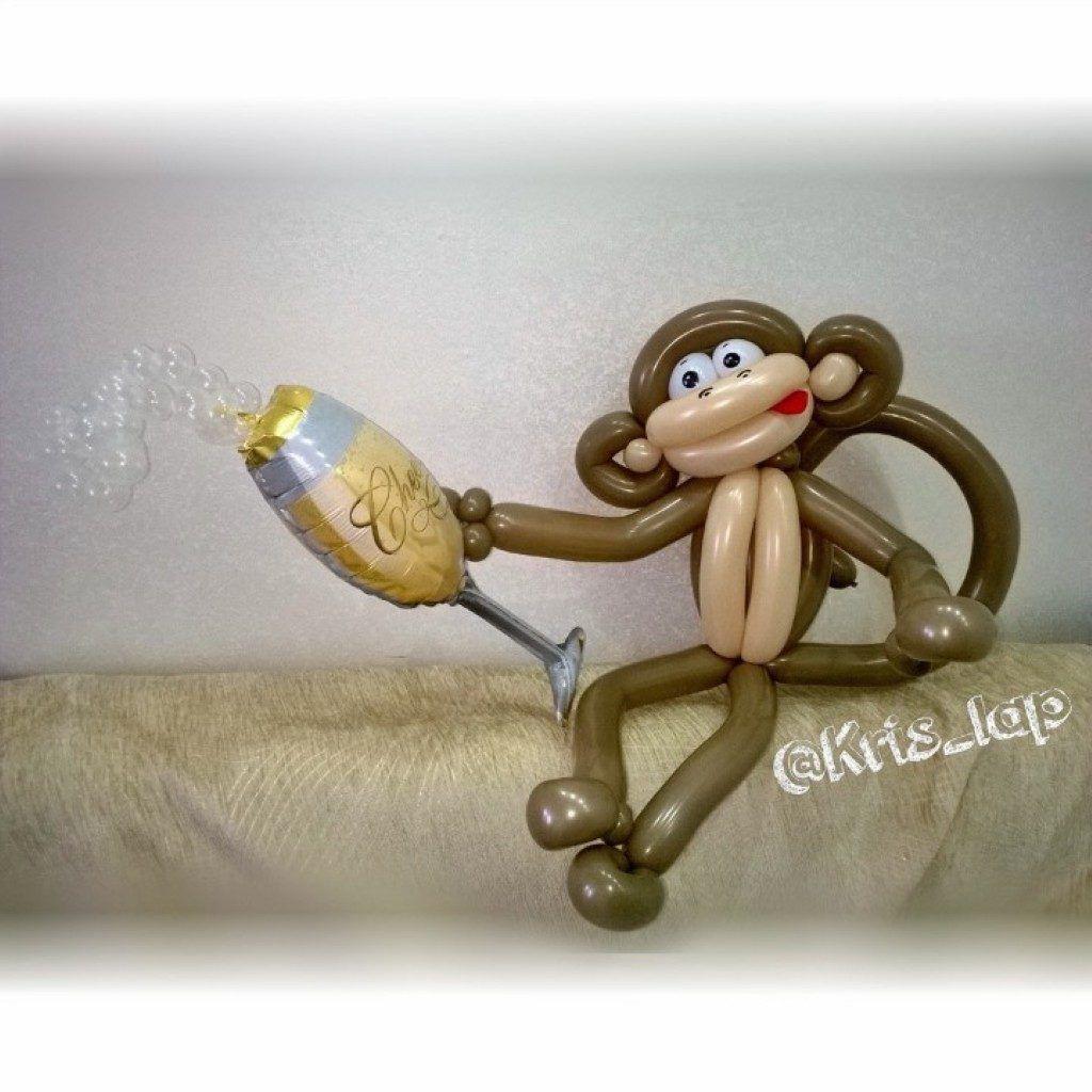 обезьянка с бокалом из шаров