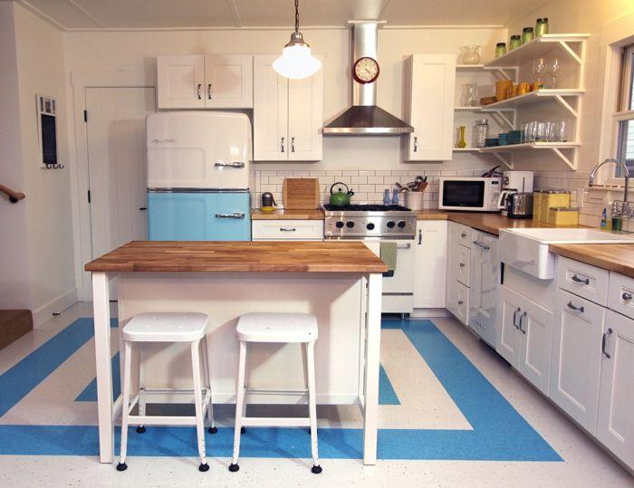Kücheneinrichtung retro look hellbleuer kühlschrank kücheninsel
