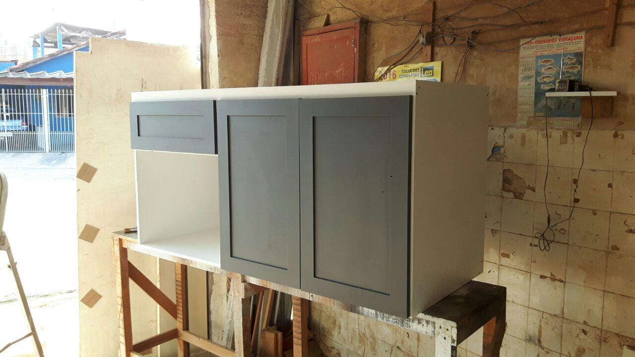 Gabinete de cozinha cinza e branco
