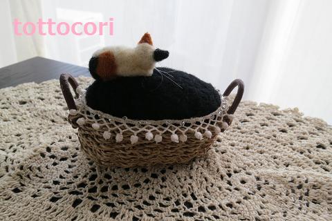 ピンクッションに寝ているネコです^_^;猫はどうして危険な場所で寝れるのでしょうか?この子も・・・・内部にも羊毛がぎっしり入れてありますので羊毛の油分で針がさ...|ハンドメイド、手作り、手仕事品の通販・販売・購入ならCreema。