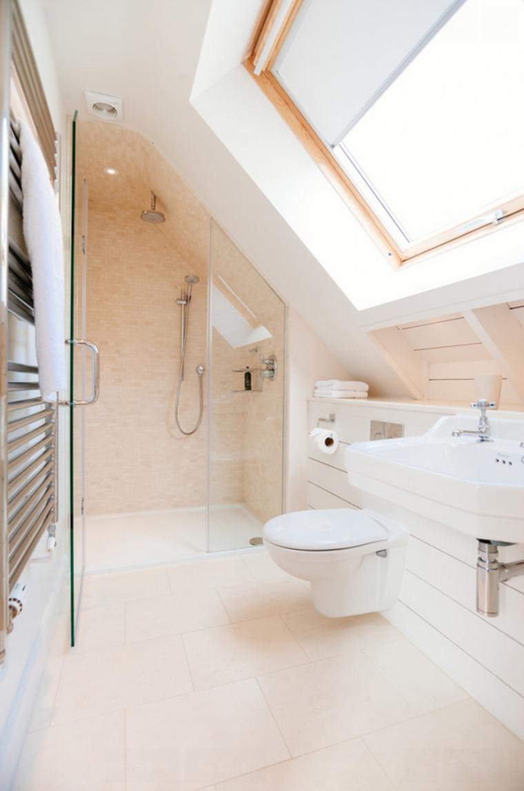 grand velux et nuances pastel  salle de bains sous pente
