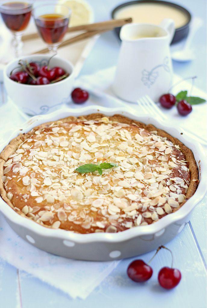 Tarta de almendra rellena de cerezas y mermelada