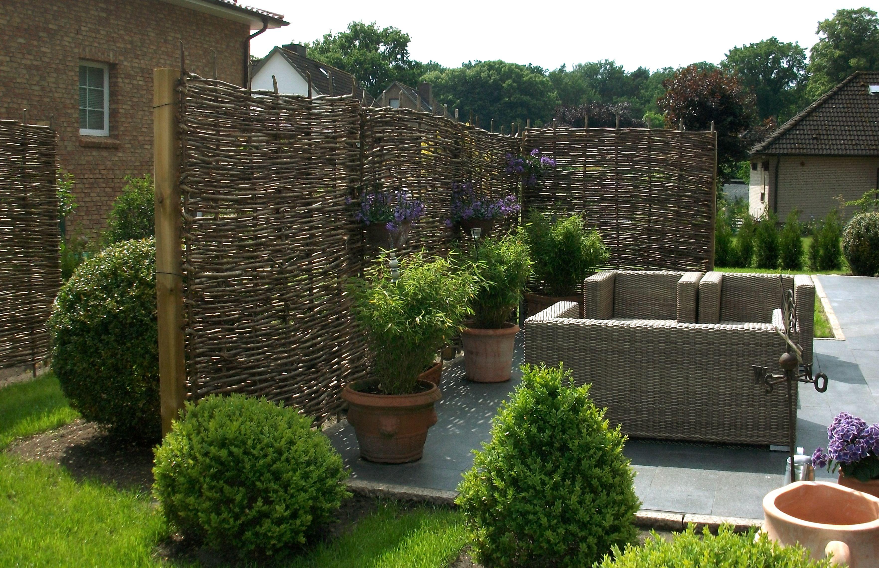 Der Haselnusszaun, Flechtzäune als Sicht  und Windschutz   Outdoor gardens, Backyard, Hardscape