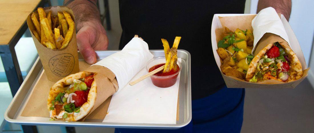Que mange-t-on vraiment en Grèce ? Des natifs du pays nous glissent recettes et adresses pour éviter l'éternel combo tamara, moussaka, olives et ouvrir nos papilles à de nouvelles expériences.