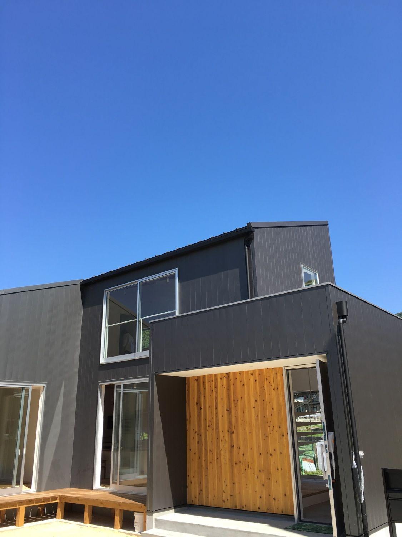 外構工事中 アプローチと芝生がきれいなお庭ができる予定です 黒の