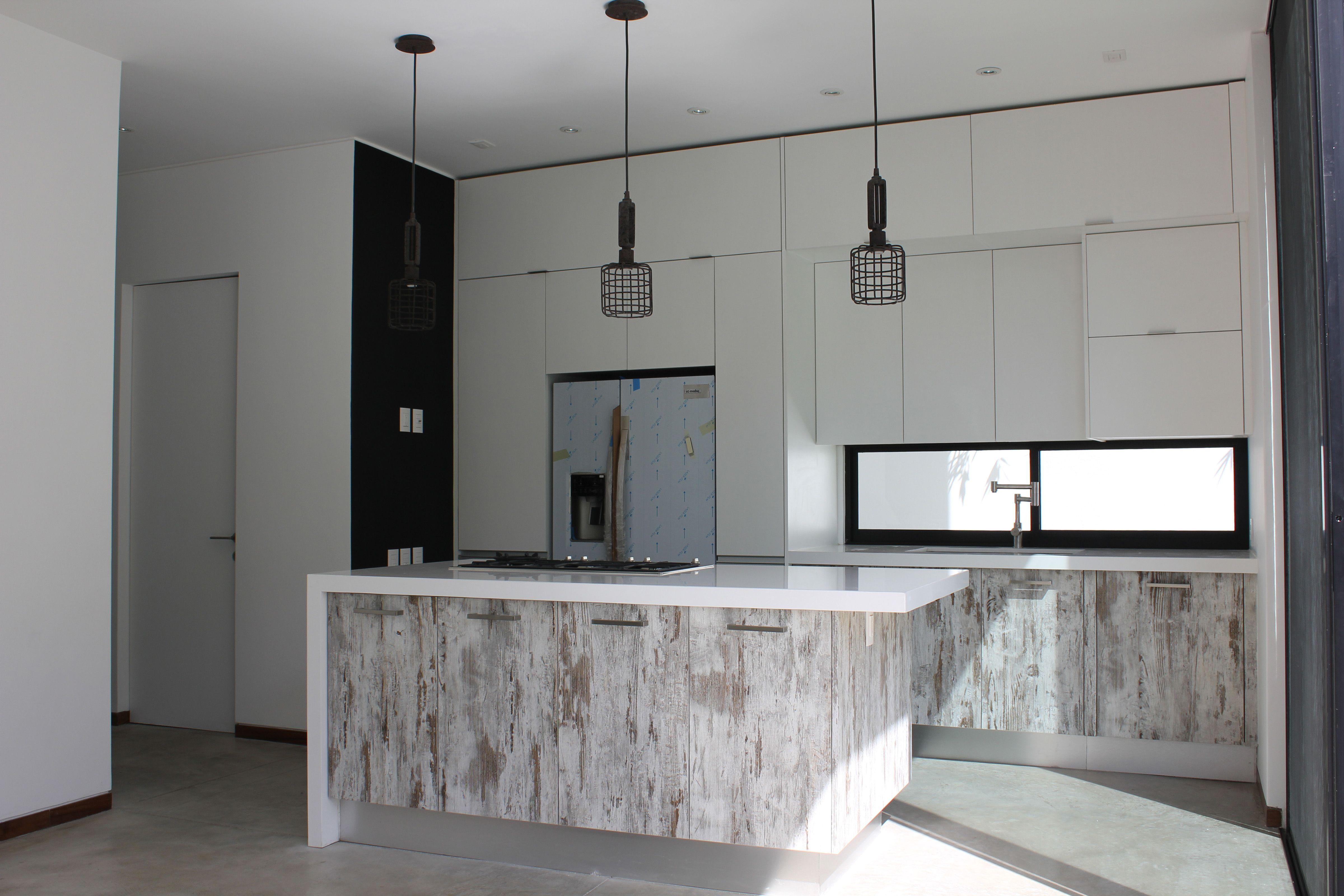 Casa en valle real cocina con madera avejentada y barra - Barra para cocina ...