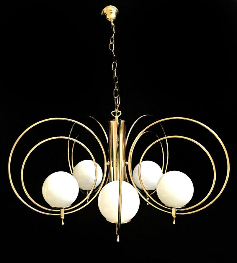Design italien lustre en métal doré 5 globes blancs 1970