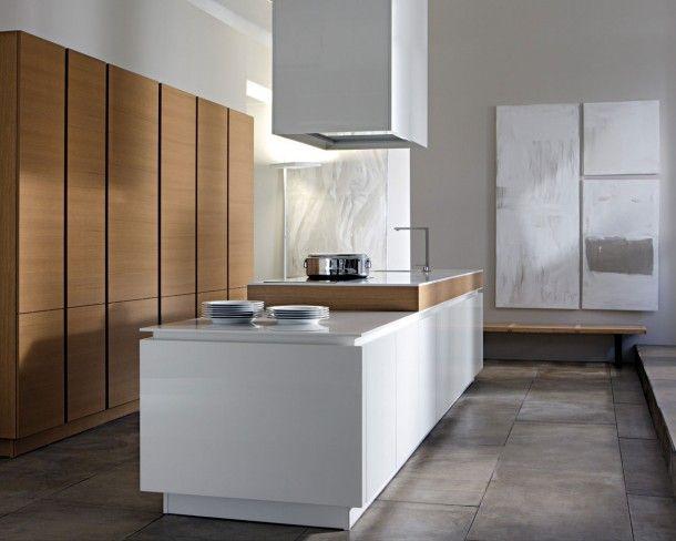 Strak Keuken Tegels : Eiken wandkast gecombineerd met een strak witte keuken en een