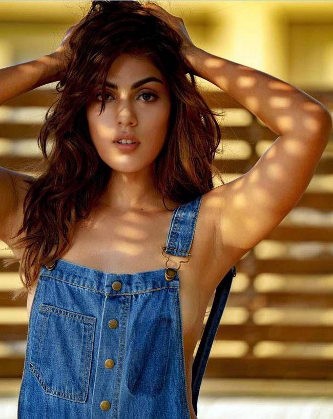 Hot Sexy Bollywood Actress Maal Girl Rhea Chakraborti Very Seducing And Sensuous Pic Of Her Navel And Juicy Legs