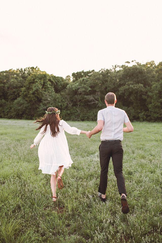 Verão sessão de noivado inspiração   Amanda Watson Fotografia   ver mais em: http://burnettsboards.com/2014/08/romantic-picnic-engagement/