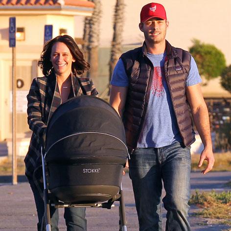Jennifer Love Hewitt Shows Off Wedding Bling Baby During Beach Stroll With New Husband Radar Onl Jennifer Love Hewitt Shows Jennifer Love Hewitt Us Actress