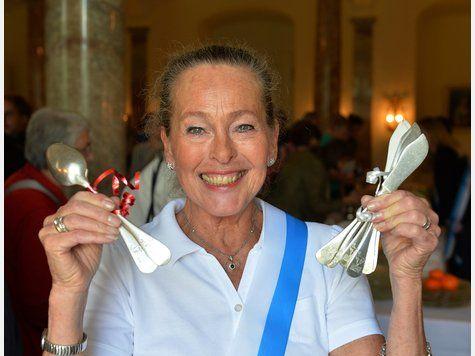 Elisabeth en Baviera subasta porcelana, platería y cristalería de su familia para causas benéficas. Los beneficiarios de la venta fueron: (1) Bomberos voluntarios de Tegernsee (2) La Sociedad de Esclerosis Múltiple de Baviera (3) El Memorial del Campo de Concentración de Flossenburg (en donde la mayor parte de la familia estuvo prisionera durante la Segunda Guerra Mundial). Participaron Elisabeth, sus 4 hijas menores, varios de los esposos, nietos/as, sobrinos/as.