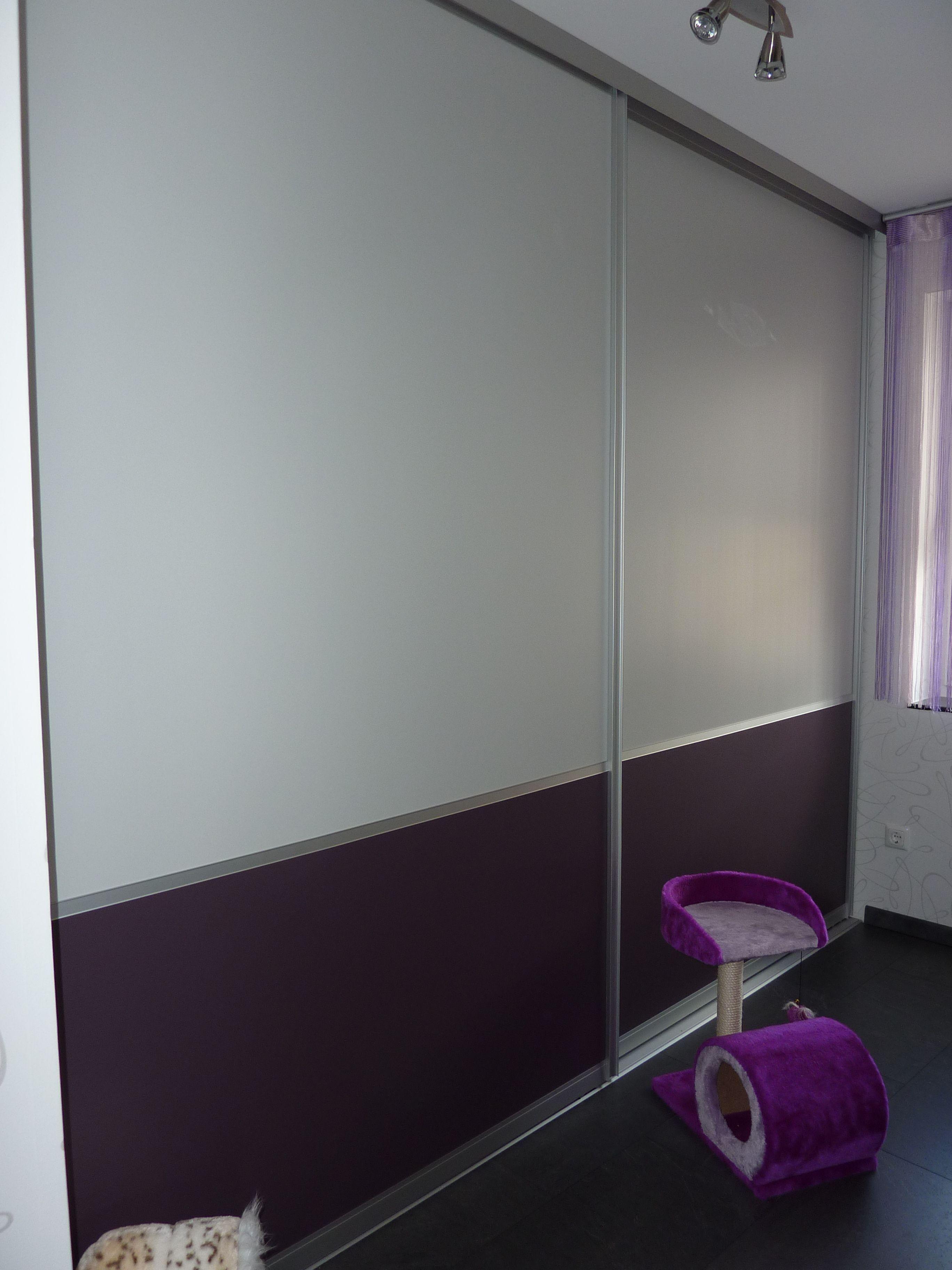 schiebet r vor einem einbauschrank in den f llungen wei und aubergine schiebet ren. Black Bedroom Furniture Sets. Home Design Ideas
