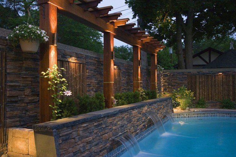 natursteinmauer mit elementen aus bambusrohren schwimmteich und pool in 2019 sichtschutz. Black Bedroom Furniture Sets. Home Design Ideas