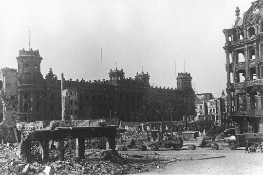 Ruinen In Dresden Foto Mai 1945 Jpg 540 360 Dresden Pirnaischer Platz Im Hintergrund Das Polizeiprasidium Rechts Daneben Das Albert Dresden Ruinen Ausflug
