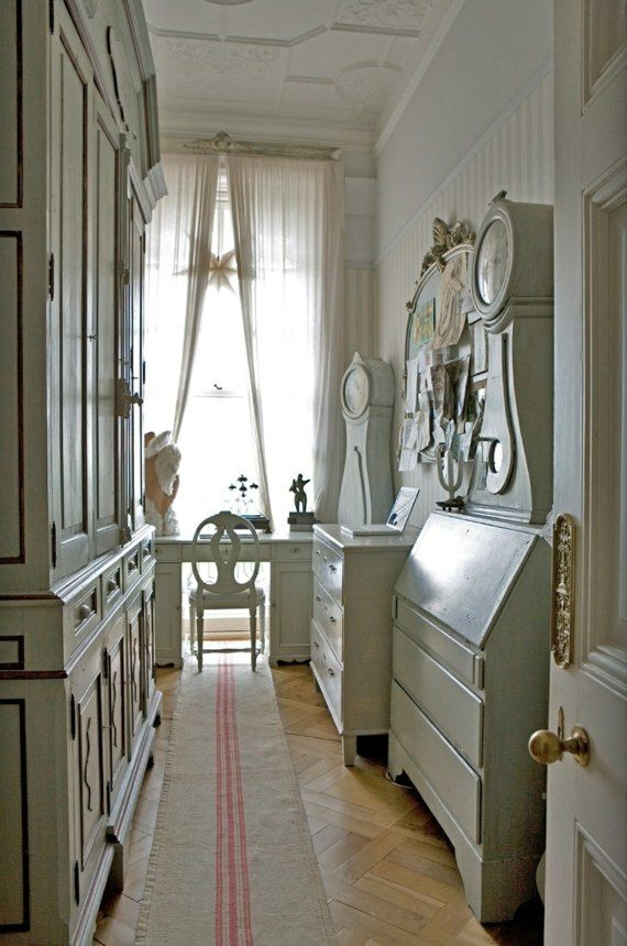 couloir étrot aménagé de mobilier clair