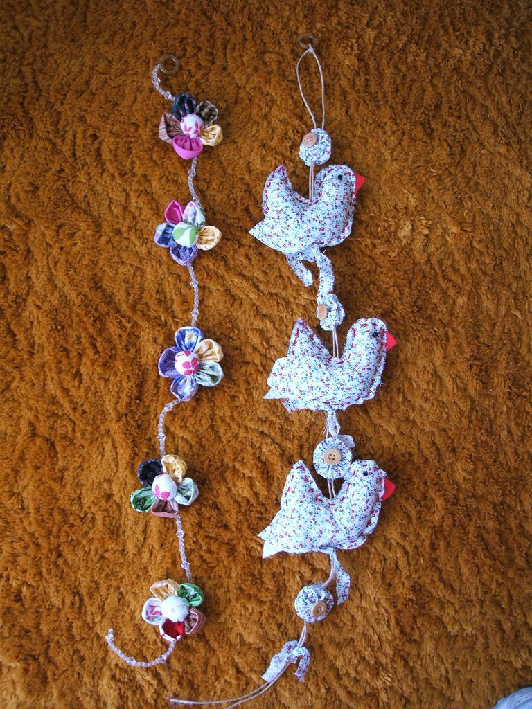 https://flic.kr/p/34nvMa | Móbiles! | Essas foram as primeiras peças que criei, fiquei encantada, pois não imaginava criar algo tão colorido e gostoso de fazer. São móbiles em tecidos de algodão. Depois vieram as galinhas da angola, as cenouras, abóboras, maçãzinhas, flores e muitos outros.