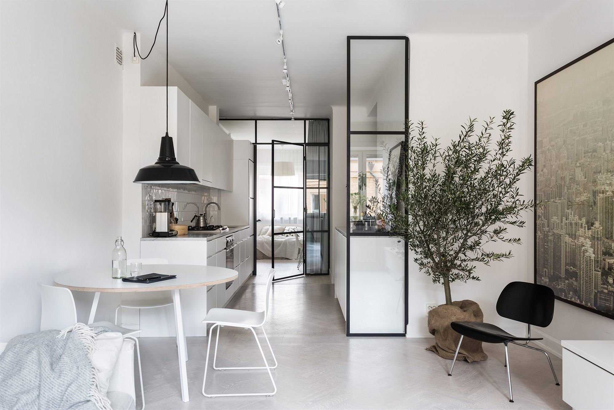 un petit appartement tout blanc - decocrush | couloir | pinterest
