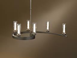 Voici un luminaire suspendu inspiré d'un lustre mais travaillé dans une forme originale et inattendue.