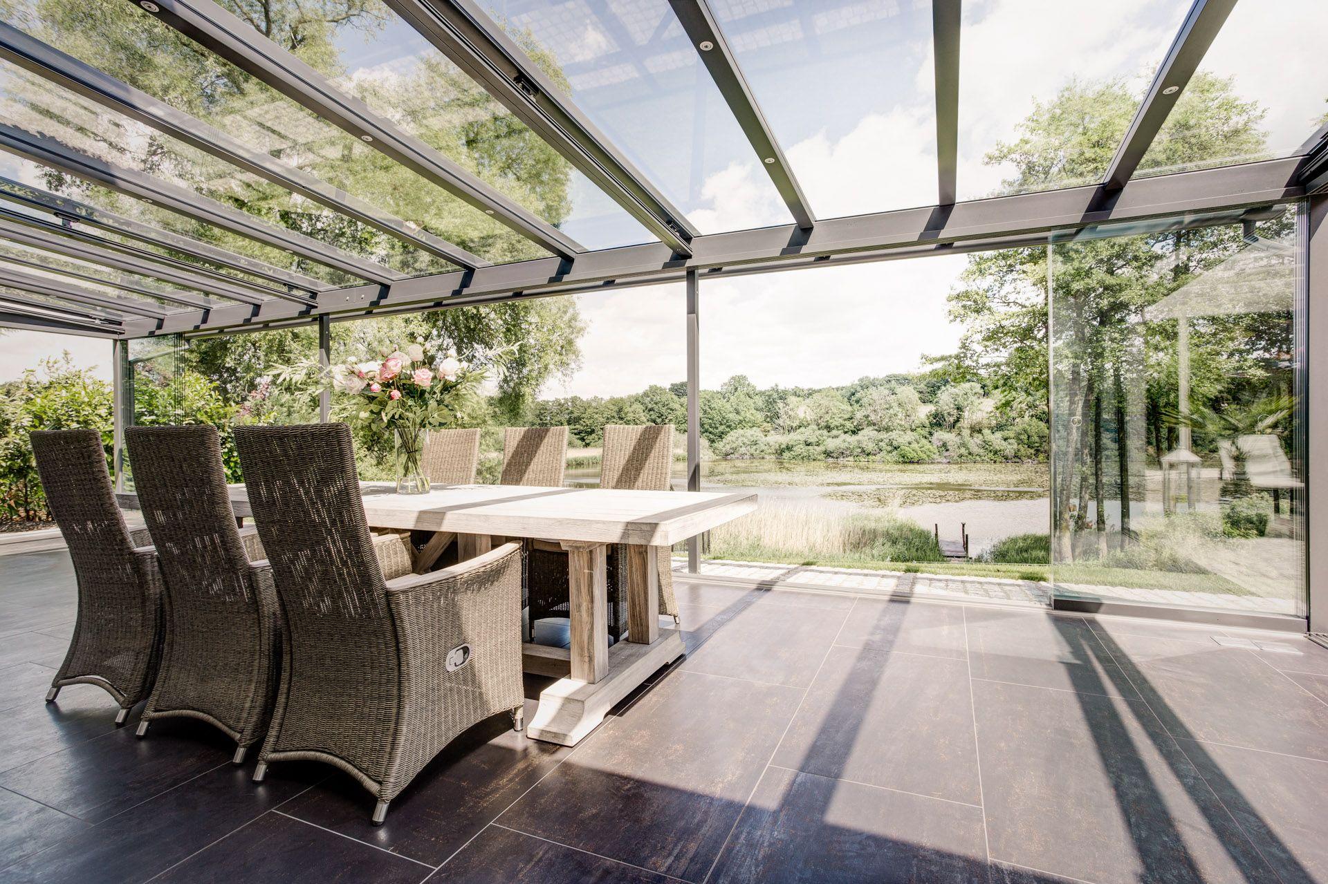 Glasfalttüren unter dem Terrassendach freie Sicht in