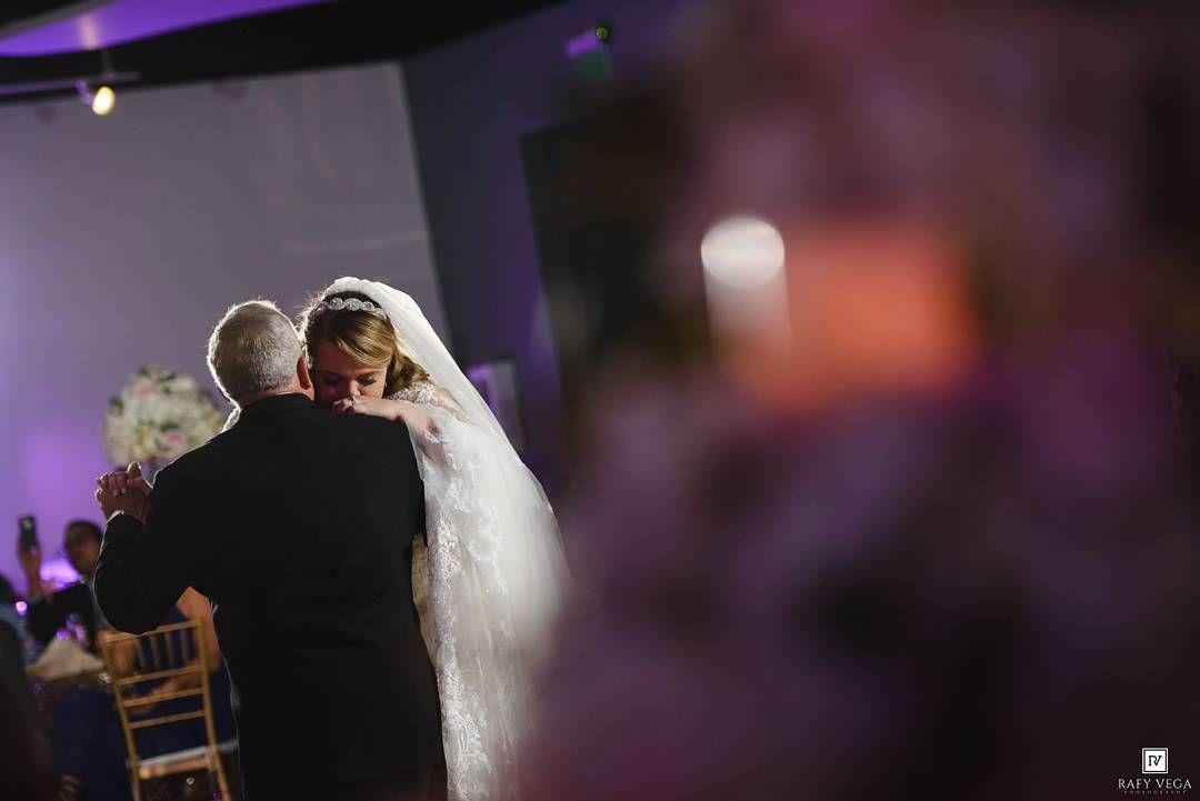Uno de los momentos más especiales de toda boda. El baile de papá con su hija su eterna novia. . Para ver más visita http://bit.ly/Barbara-Naaman o el link en mi profile. . #weddingpr #puertoricowedding #ponce #rafyvegaphotograph