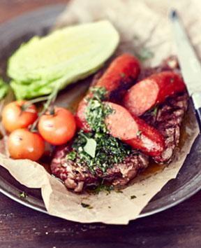 Grillipihvi, chorizoa ja makuraitasalaatti