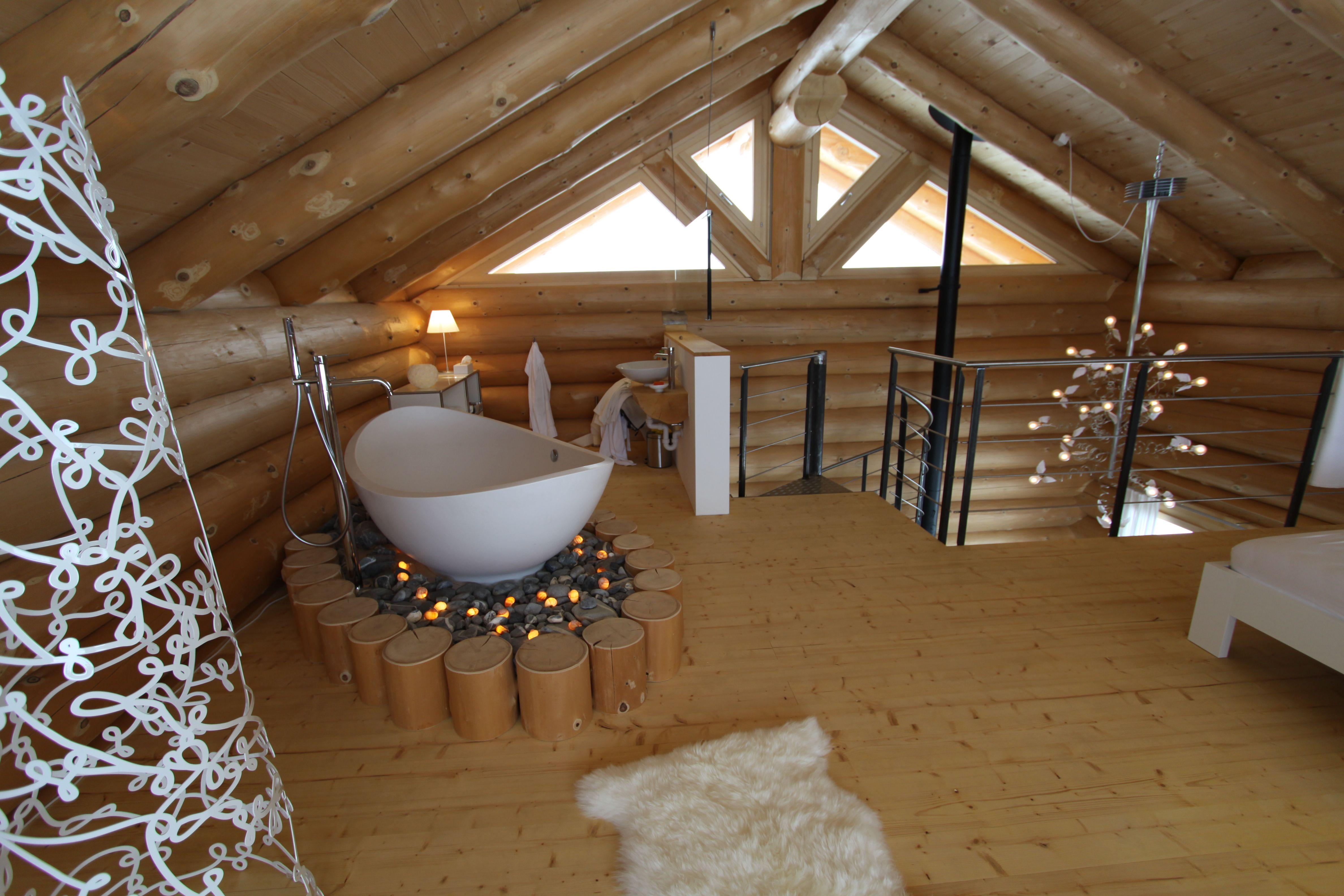 Die Lavasca Mini Badewanne Samt Freistehender Gessi Armatur, Eingebaut In  Einem Ferienhaus In Blockhaus Stil