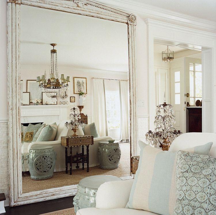 Im Wohnzimmer einen großen Spiegel aufstellen ...