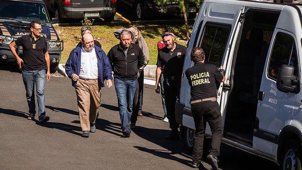 Presos na operação Lava-Jato deixam a sede da Policia Federal com destino ao IML da cidade de Curitiba para fazer o exame de corpo de delito