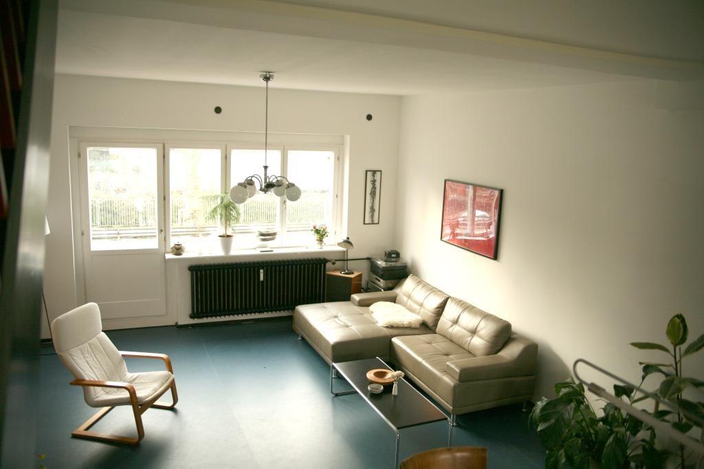 Schöner Wohnung minimalistisches wohnzimmer mit cremefarbener ledercouch und großen
