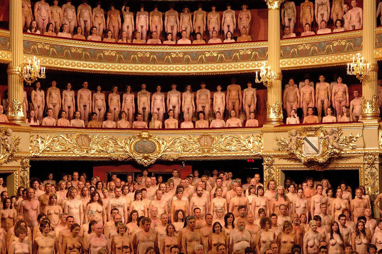 Порнографические спектакли онлайн, голые красавицы показывают попу