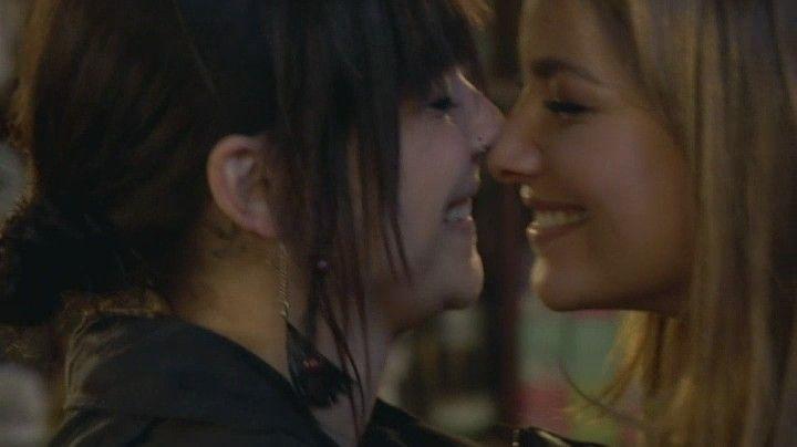 Anni & Jasmin played by Linda Marlen Runge and Janina Uhse