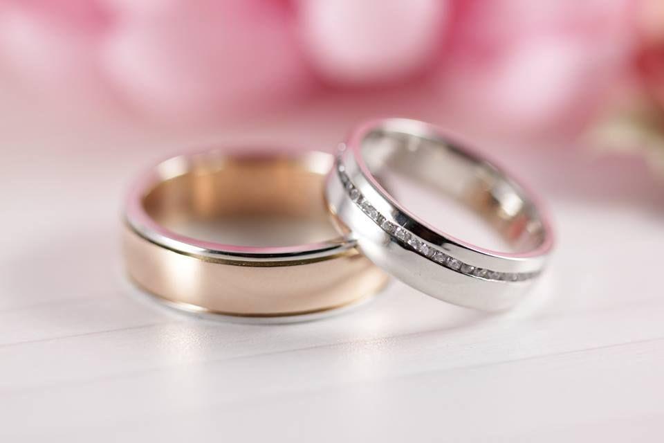 42418cf7d84e Argollas de matrimonio  Argolla de caballero combinada con oro blanco y  rosa. Argolla de