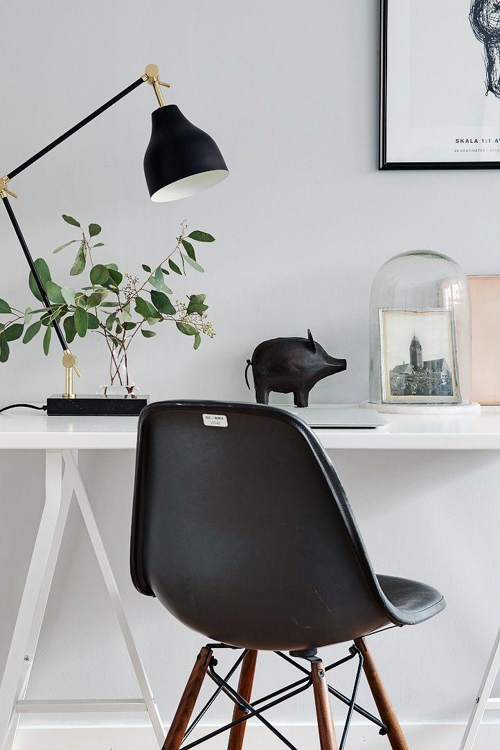 Töölaud. Musta värvi sidumine valge interjööriga.