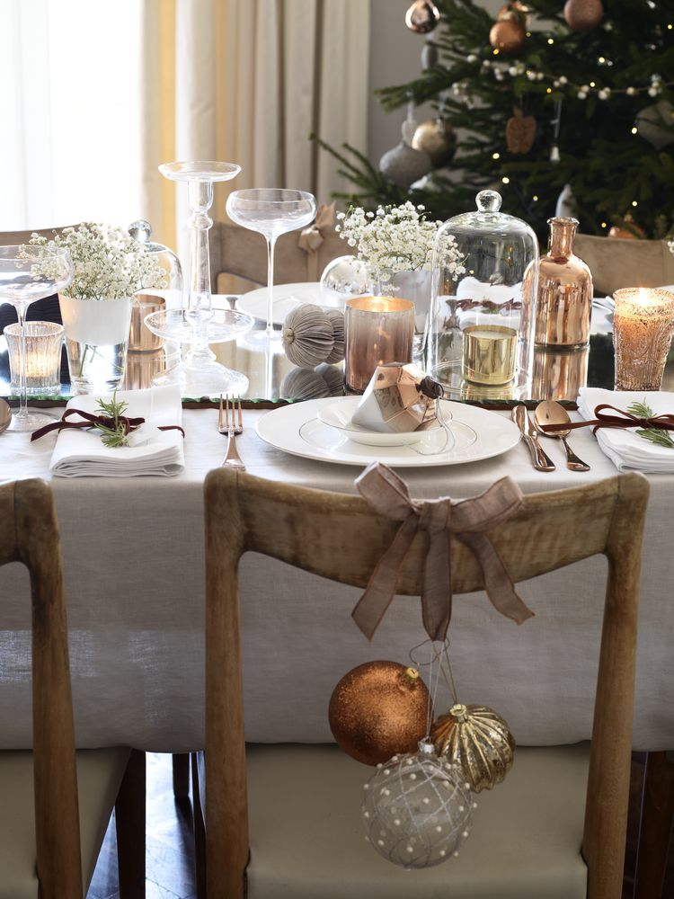 Clusters of baubles tied to the backs of dining chairs add a fun and festive touch to a Christmas dining table....♥♥...