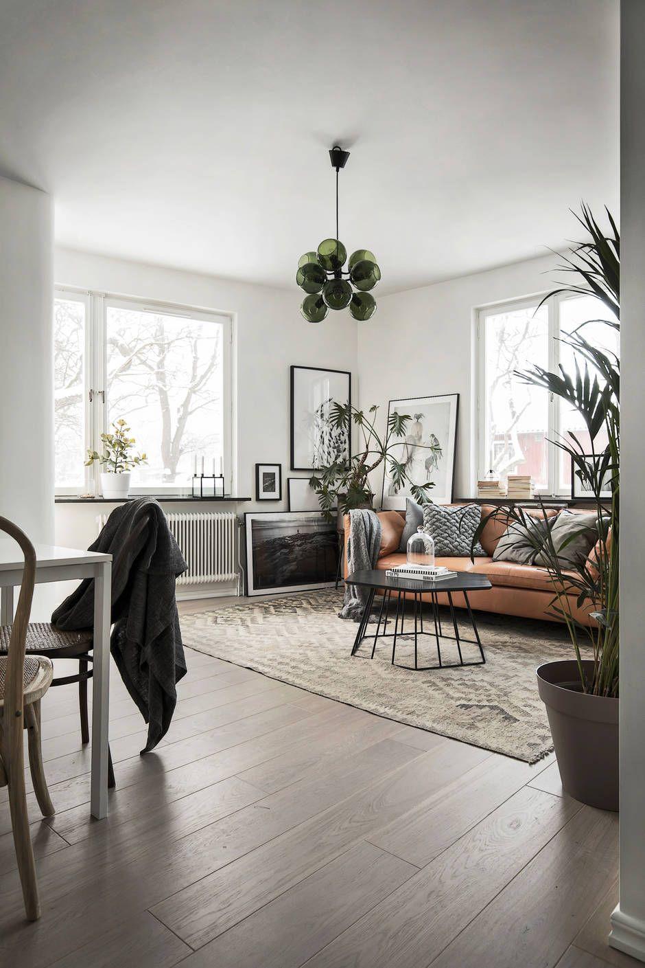 Een groen interieur met cognac-kleurige lederen bank | A Space To Be ...