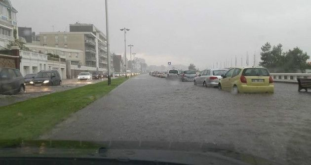 Inondations, le long de la plage du Havre, samedi 19 juillet 2014, dans la soirée. (Photo envoyée par Alexis Lodi)