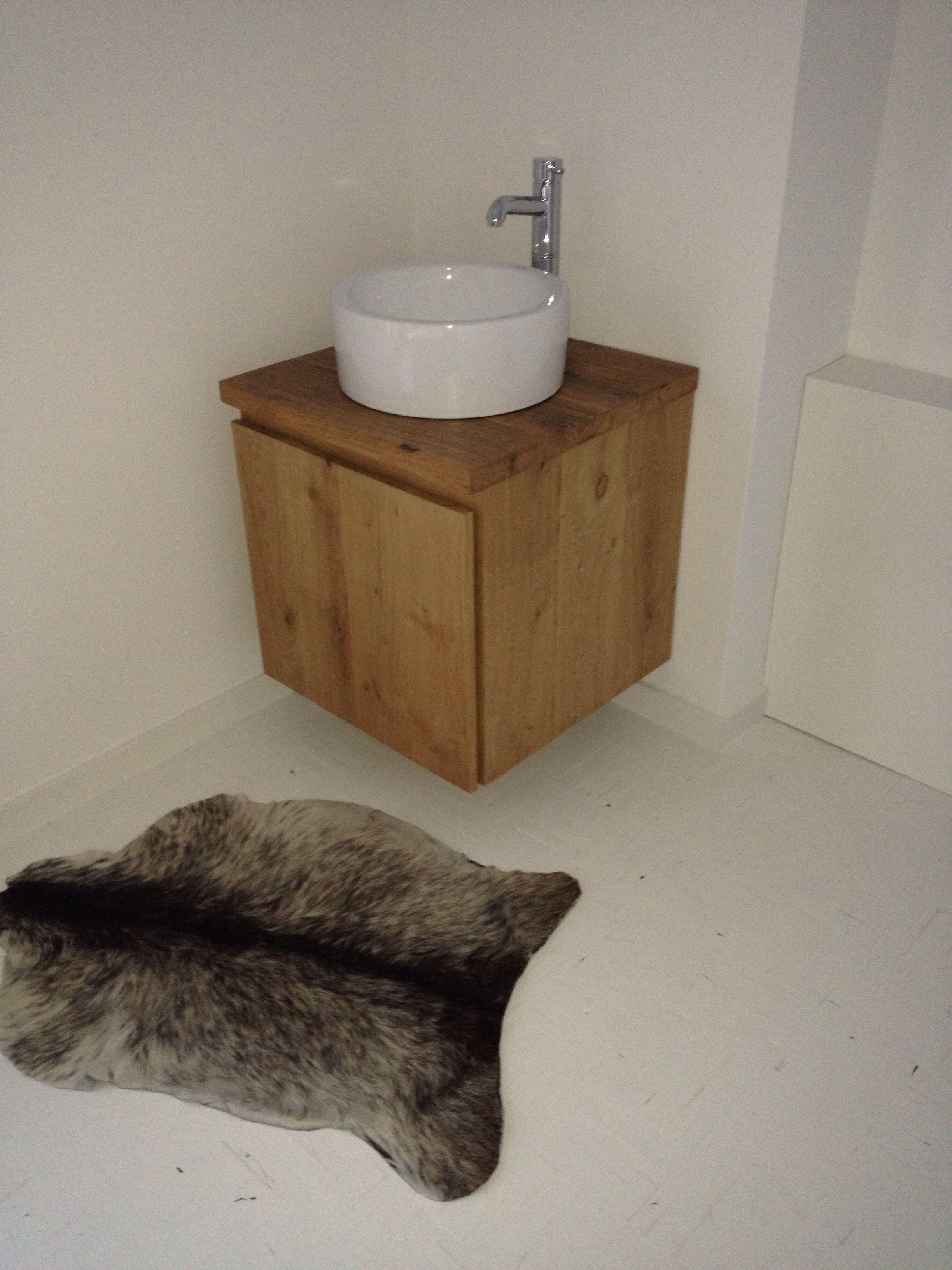 nog een badkamermeubel van massief eiken met een wagondelen