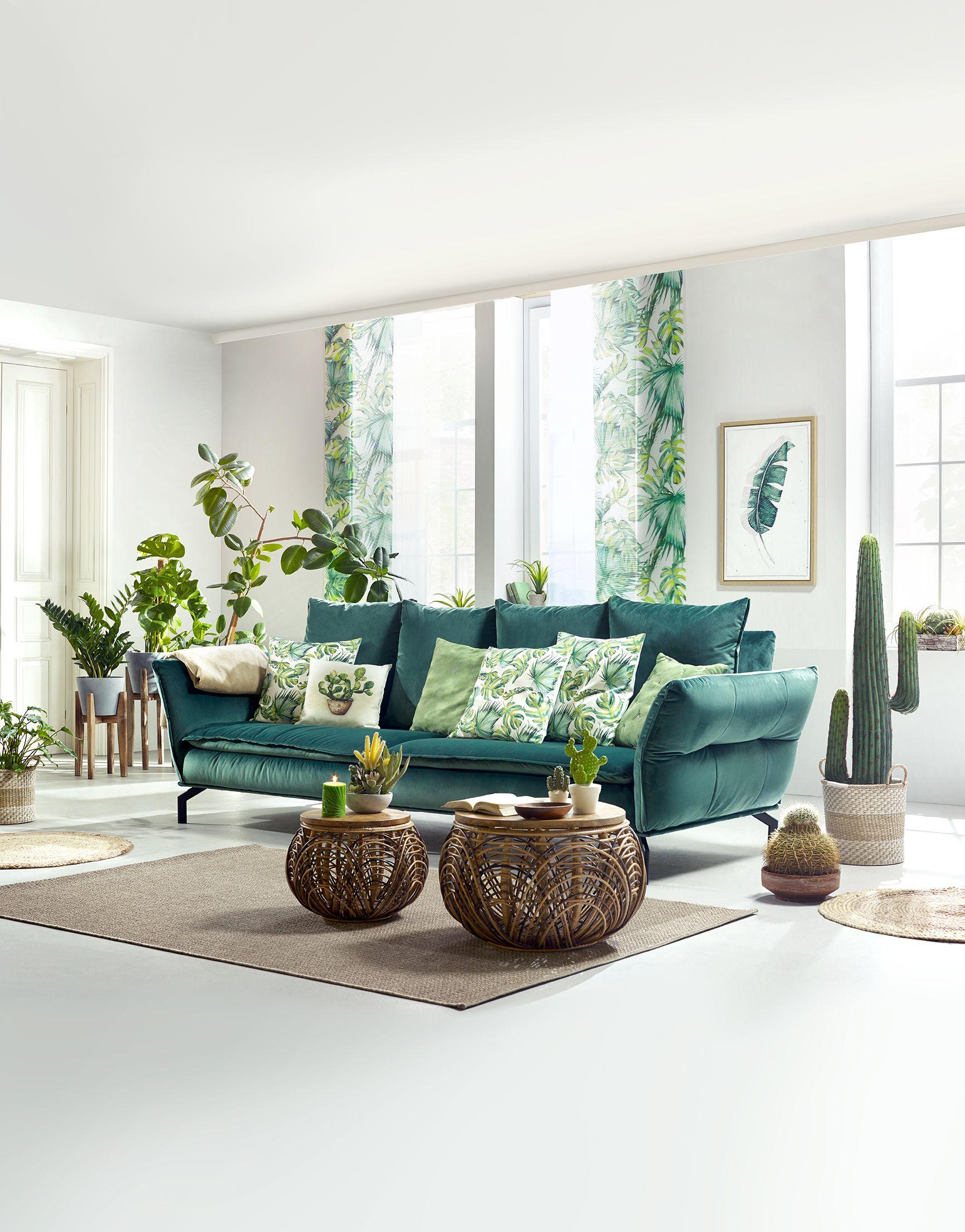Wohnzimmer im Tropen-Stil und grüner Couch | Botanic Summer ...